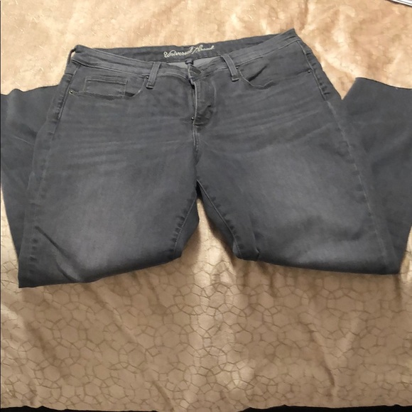 Unfinished edge cropped grey denim stretch jeans.